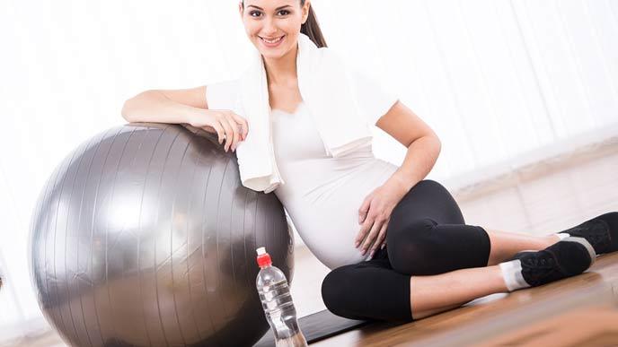 休憩する妊婦
