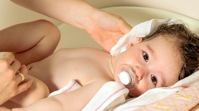赤ちゃんの首をすぐに拭く
