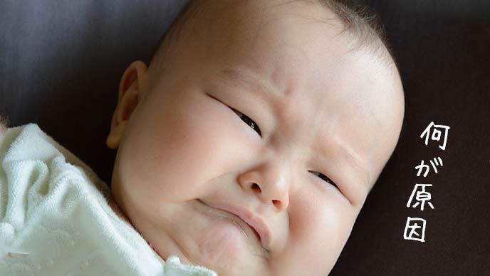 泣きながら首をふる赤ちゃん