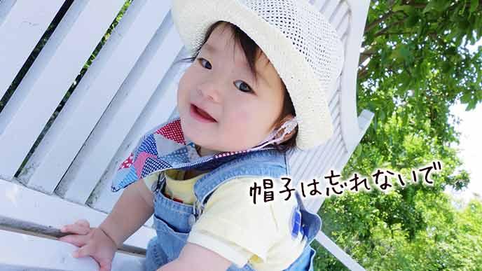 公園のベンチで遊ぶ赤ちゃん