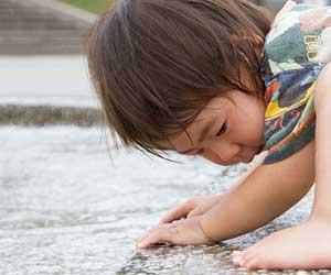 公園の砂場で遊ぶ赤ちゃん