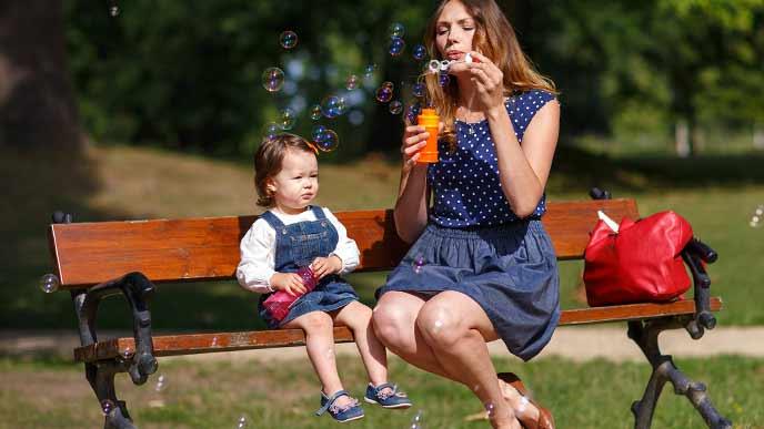 公園のベンチに座る母子