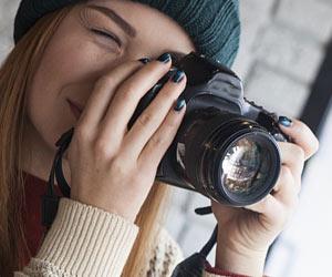 一眼レフカメラを構える女性
