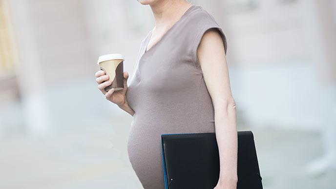服装はワンピースの妊婦