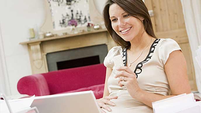リビングでゆっくり休む妊婦