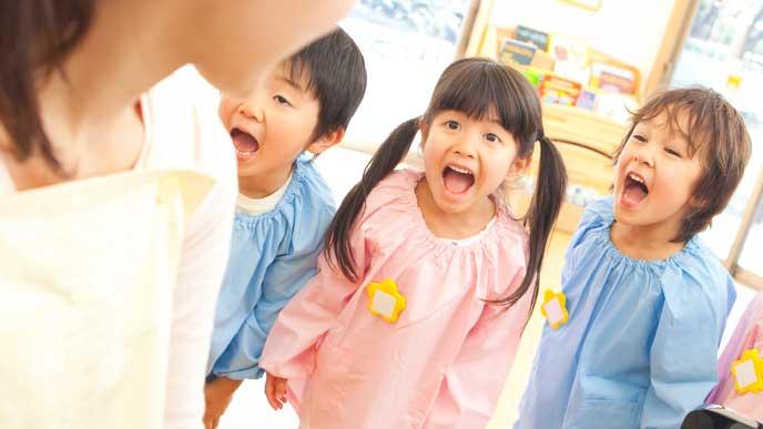 音楽に合わせて歌う保育園児達
