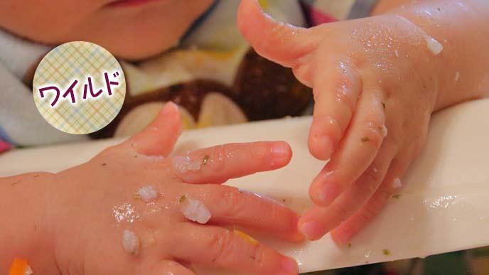 食べもので汚れた赤ちゃんの手
