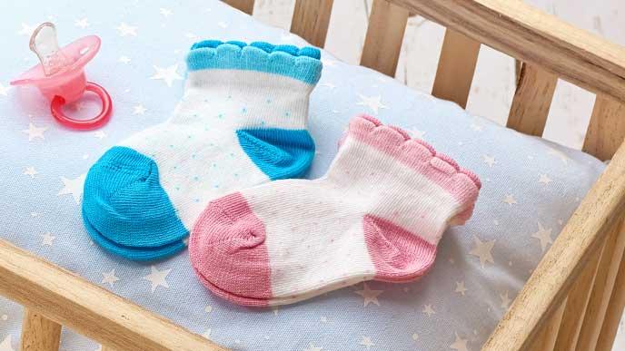 赤ちゃん用の靴下とおしゃぶり