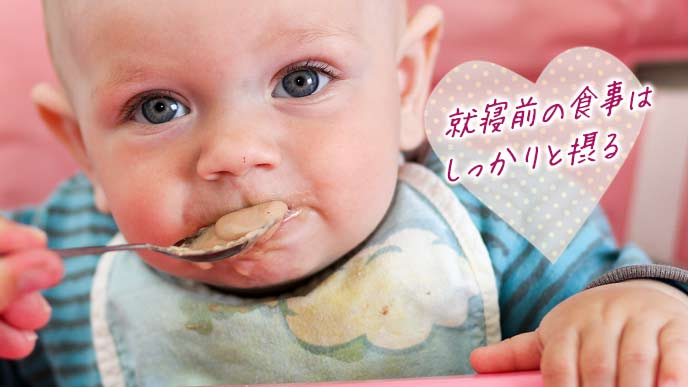 離乳食を摂る赤ちゃん