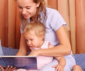 赤ちゃんに絵本を読む母親
