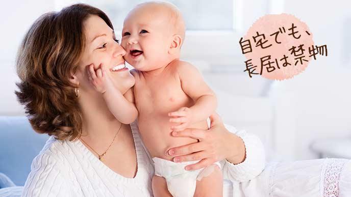 自宅で赤ちゃんの世話する女性