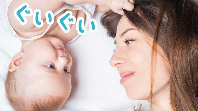 お母さんの髪の毛を引っ張る赤ちゃん
