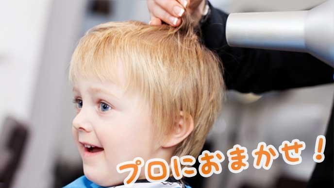美容院で散髪している赤ちゃん