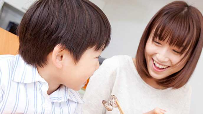 子供と幸せそうにご飯を食べる母親