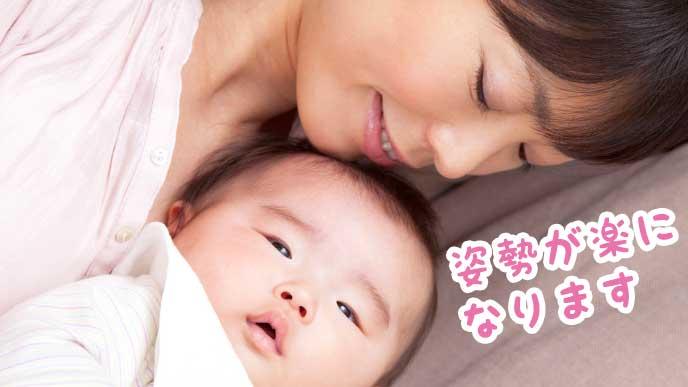 赤ちゃんと添い寝をしている母親
