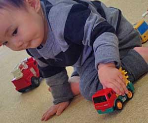お玩具で遊ぶ赤ちゃん