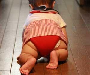 廊下をハイハイする赤ちゃん