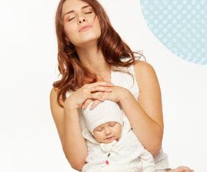 深呼吸でリラックスする母親