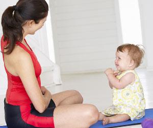 ベビーヨガでゼロ歳児と対面して座る母親