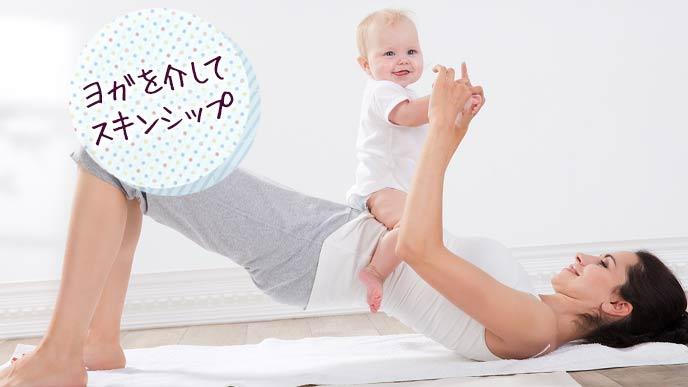 母親がお腹に赤ちゃんを載せてベビーヨガ