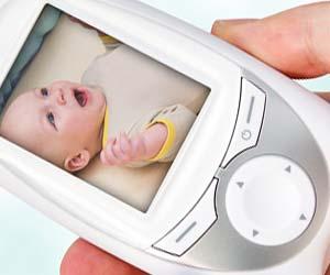 モニターで赤ちゃんの様子を確認する