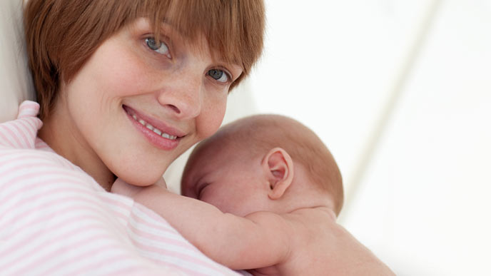 新生児を抱く母親
