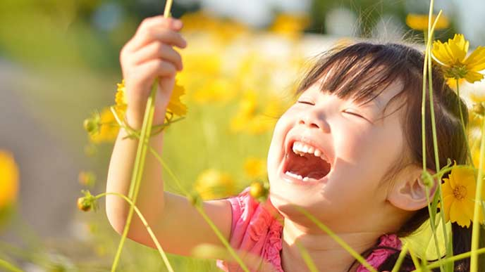 花を摘んで遊ぶ女の子