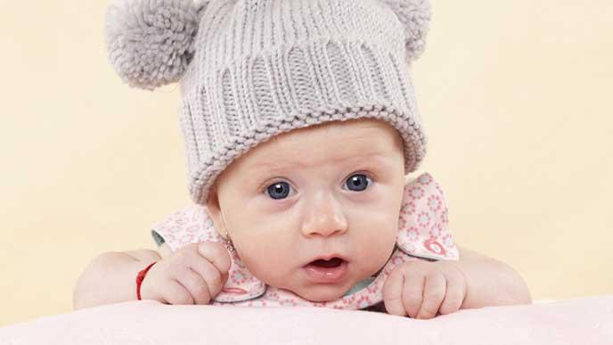 正面をじっと見つめる赤ちゃん