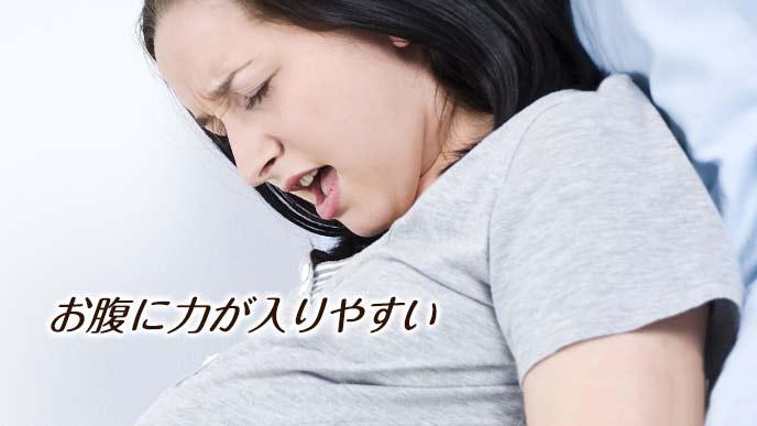 いきむ妊婦