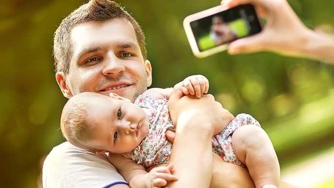 パパに抱かれた赤ちゃんをスマホで連写撮影する