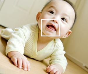 赤ちゃんの口元にフォーカス