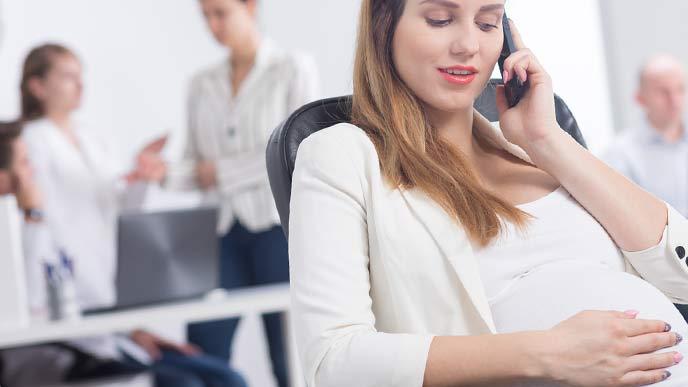 職場で電話する妊婦