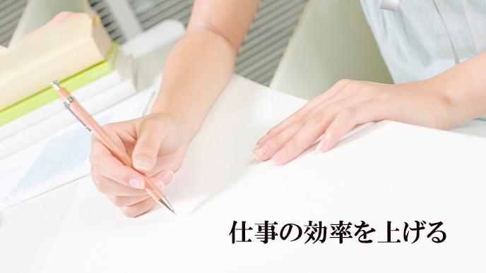 デスクで書き物をする女性