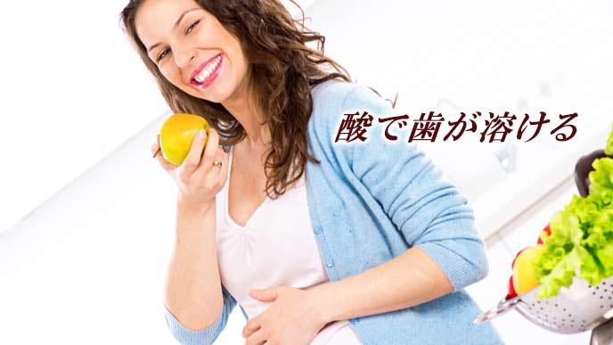 果物を食べる妊婦