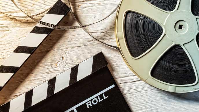 映画のフィルムとカメラ黒板