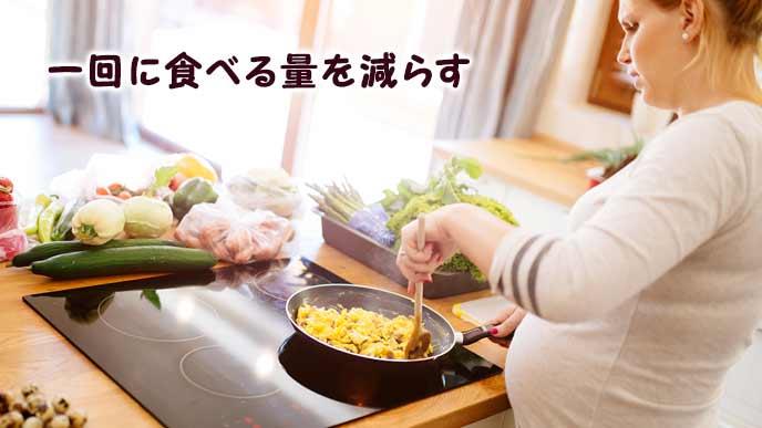 料理を作る妊婦
