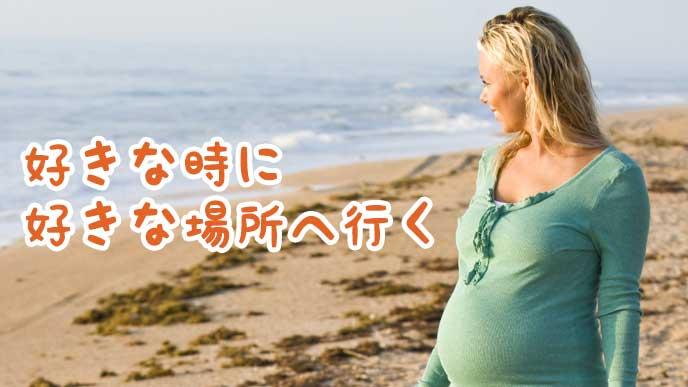 砂浜での散歩を楽しむ妊婦