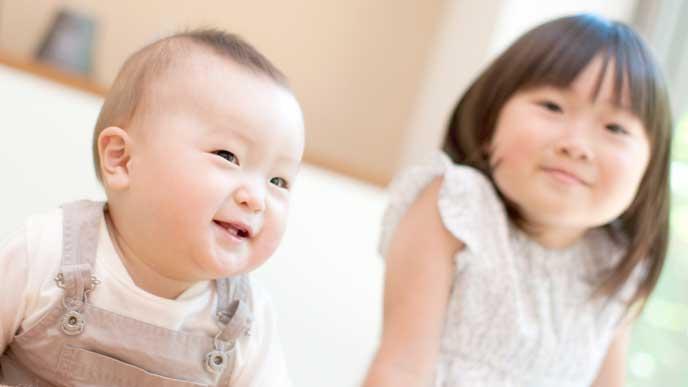 リビングで微笑む赤ちゃんと女の子