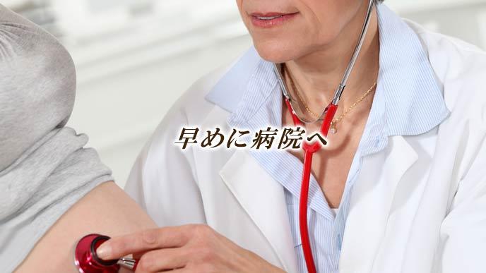 妊婦を診察する女医