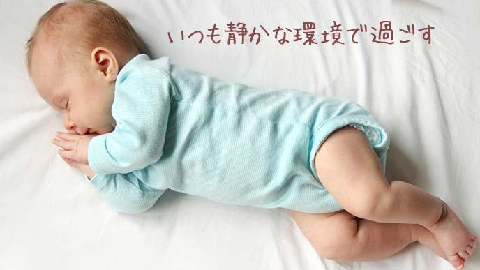 静かな部屋で眠る赤ちゃん