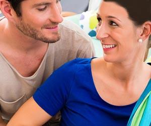 夫のサポートを受ける妊婦
