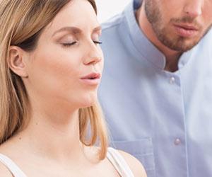 呼吸法の練習をする夫婦