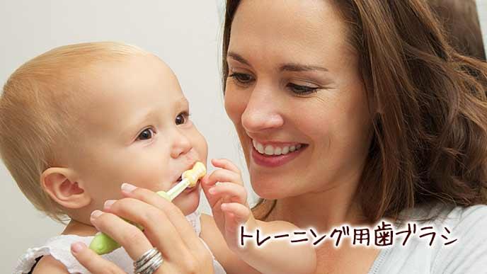 歯ブラシを咥える赤ちゃん