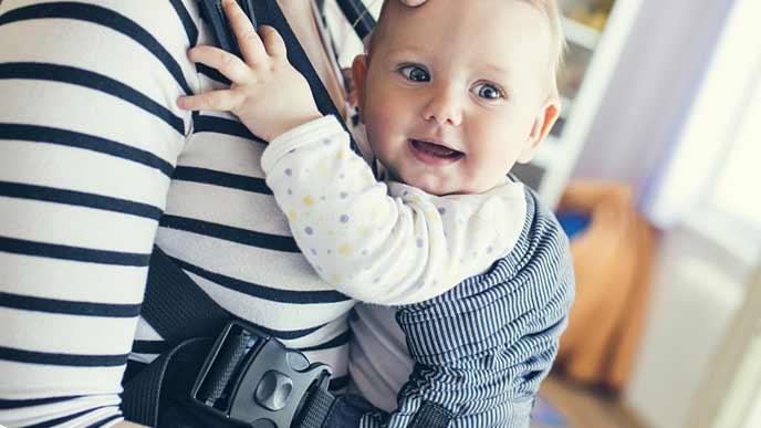 抱っこされて目が輝く赤ちゃん