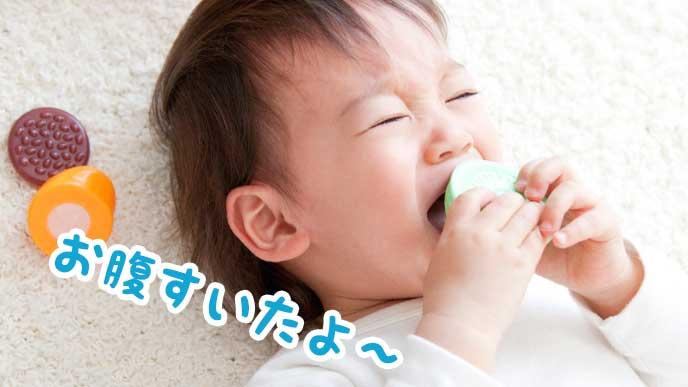 おしゃぶりを口にくわえて泣いている赤ちゃん