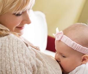 母親の乳首に吸い付く赤ちゃん