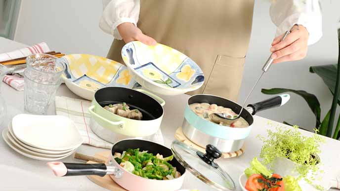 調理された料理を盛り付ける