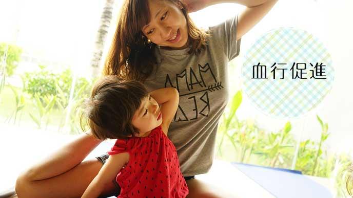 ストレッチする女性と子供