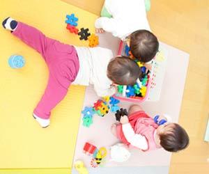幼児が3人でお玩具で遊ぶ
