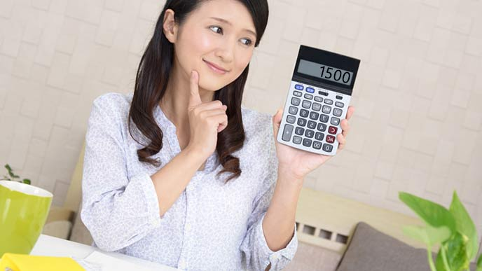 自分で在宅保育料を計算する女性